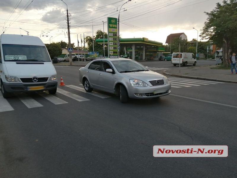 В центре Николаева «Джили» на пешеходном переходе сбил маму с ребенком