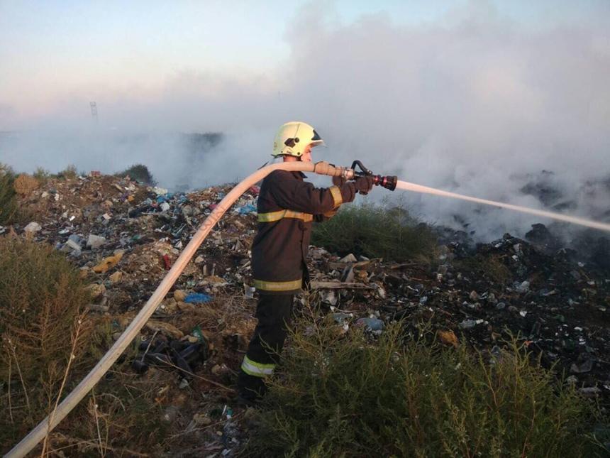 На Николаевщине второй день горит несанкционированная свалка