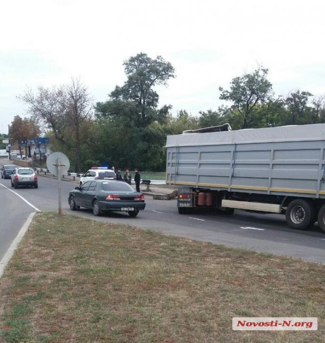 В Первомайске зерновоз врезался в отбойник