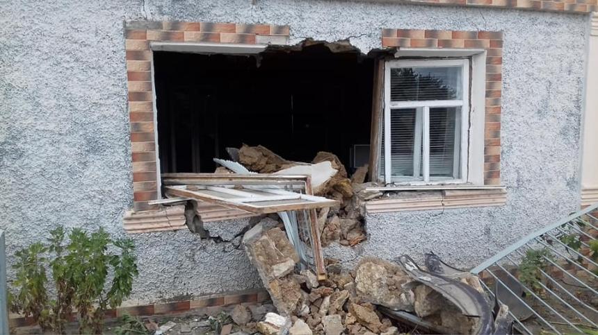 На Николаевщине автомобиль влетел в жилой дом и снес часть стены. ВИДЕО