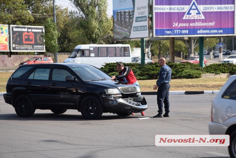 На Херсонском кольце в Николаеве столкнулись «Лексус» и «Тойота»