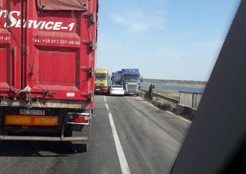 На трассе возле Коблево авария: столкнулись несколько фур, образовалась пробка