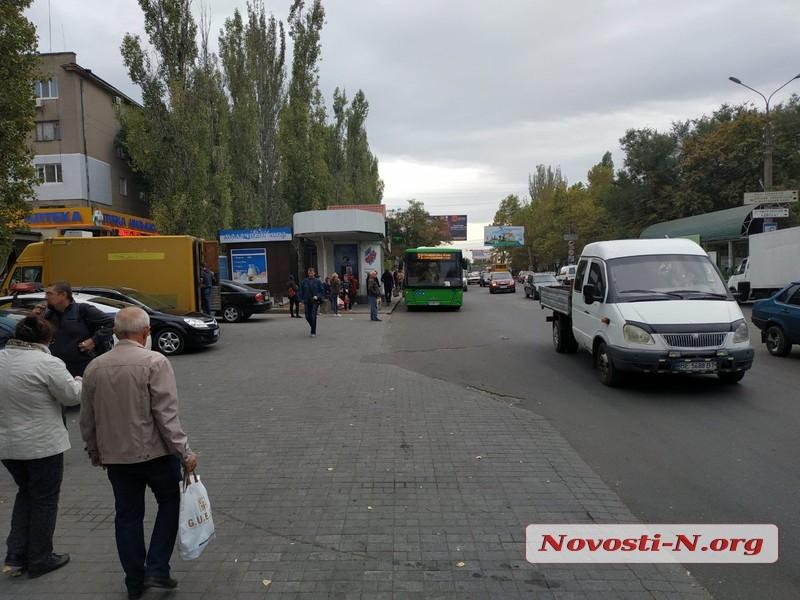 В Николаеве зеленый автобус зажал дверью женщину и протащил несколько метров