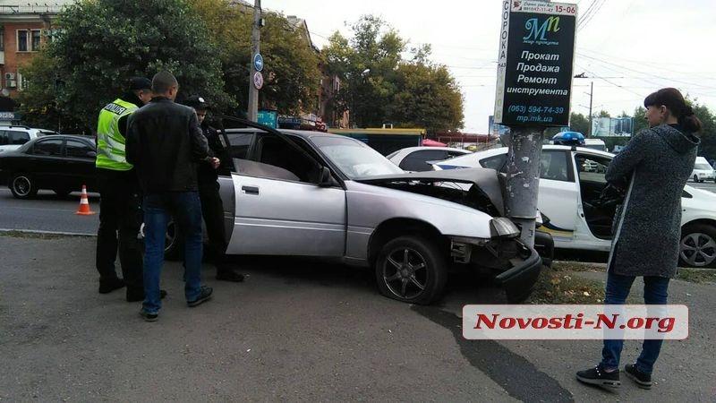 В Николаеве «Опель» вылетел за пределы проезжей части и врезался в столб