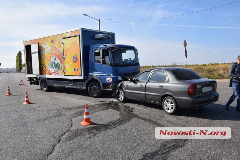 На въезде в Николаев лоб в лоб столкнулись грузовик «Мерседес» и «Ланос» — один пострадавший
