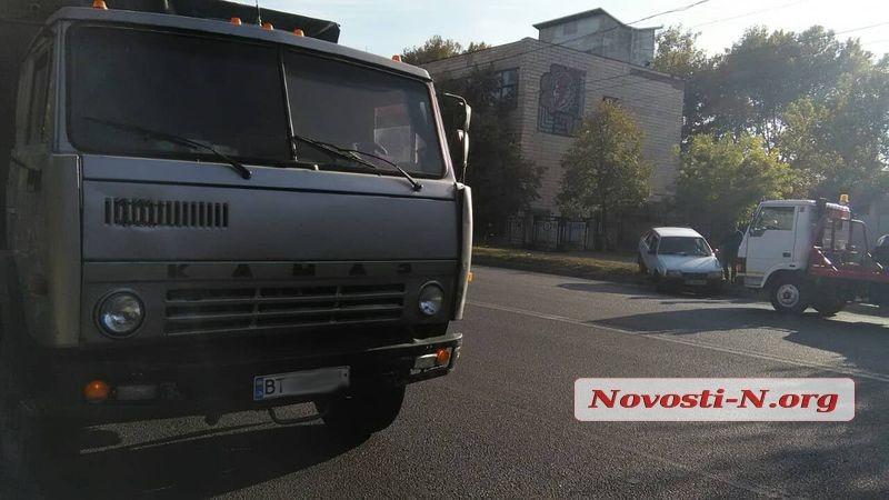 В Николаеве столкнулись «КамАЗ» и «Девятка» - легковушку выбросило на встречную полосу