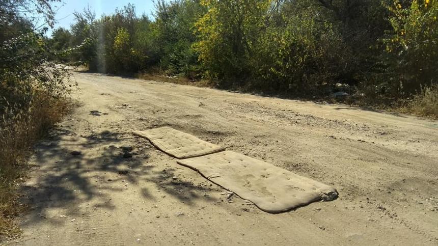 В Николаеве ямы на дороге застелили матрасами. ФОТО