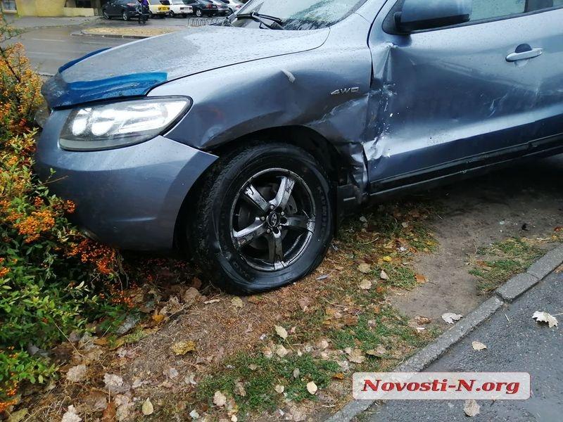 В Николаеве после ДТП две машины оказались на бульварной части проспекта