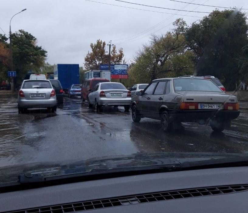 В Николаеве из-за дождя затопило подъезды к Варваровскому мосту. ВИДЕО