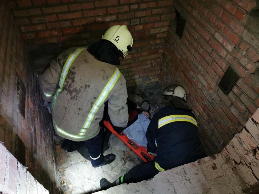 В Николаеве спасатели вытаскивали мужчину из ямы