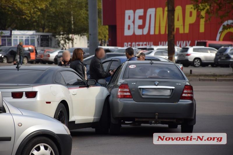 В Николаеве на кольце у автовокзала столкнулись Chevrolet Camaro  и Geely