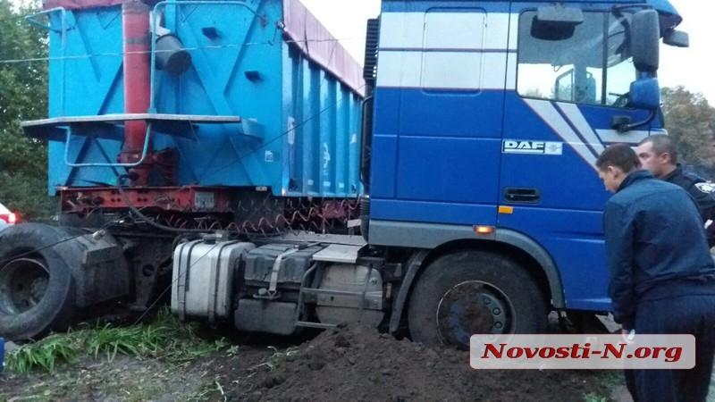 В Первомайске зерновоз врезался в столб и перекрыл трассу на Киев