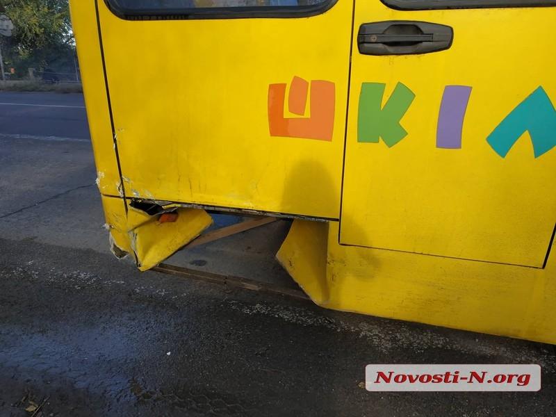 Под Николаевом «Шкода» врезалась в школьный автобус