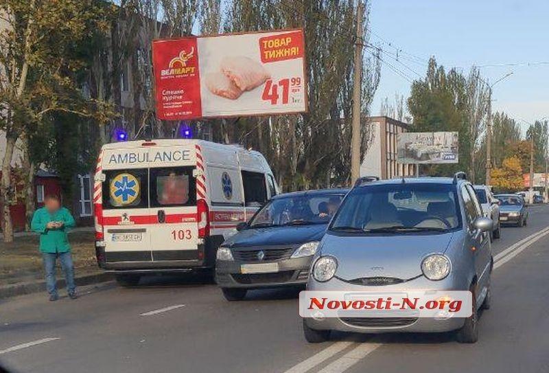 В Николаеве мопед с перебитыми номерами врезался в легковушку — водителя увезла «скорая»