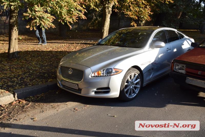 В центре Николаева ВАЗ врезался в Jaguar