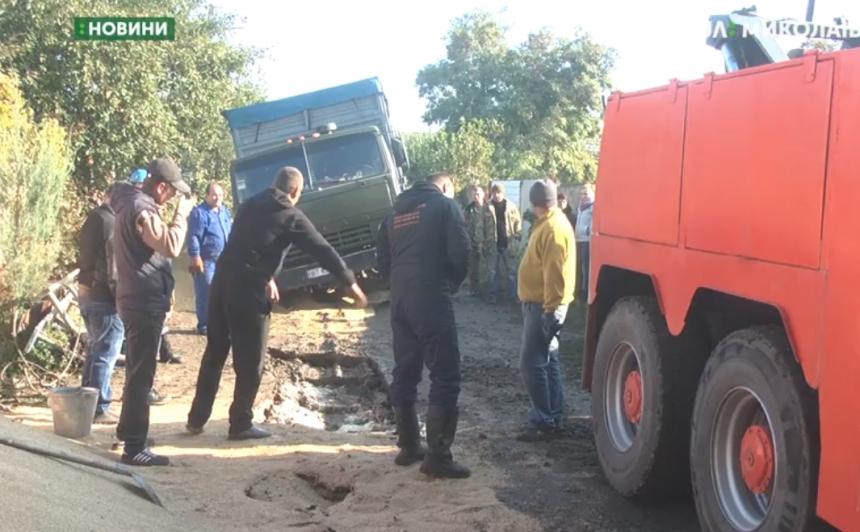 В Николаеве в недоделанную дренажную систему провалилось три грузовика. ВИДЕО