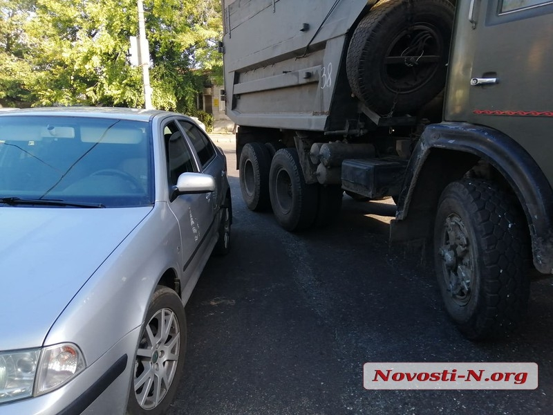В Николаеве столкнулись Skoda и самосвал