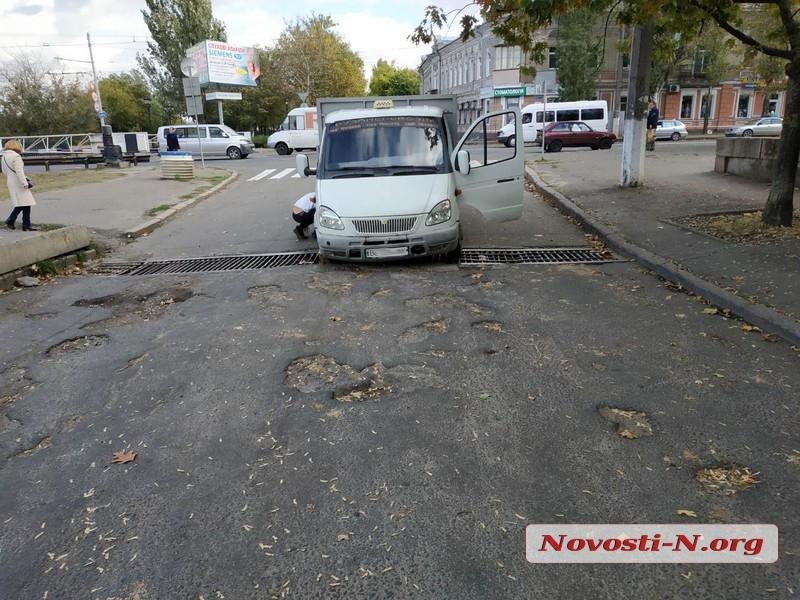 В Николаеве возле Ингульского моста в ливневку провалилась грузовая «Газель»