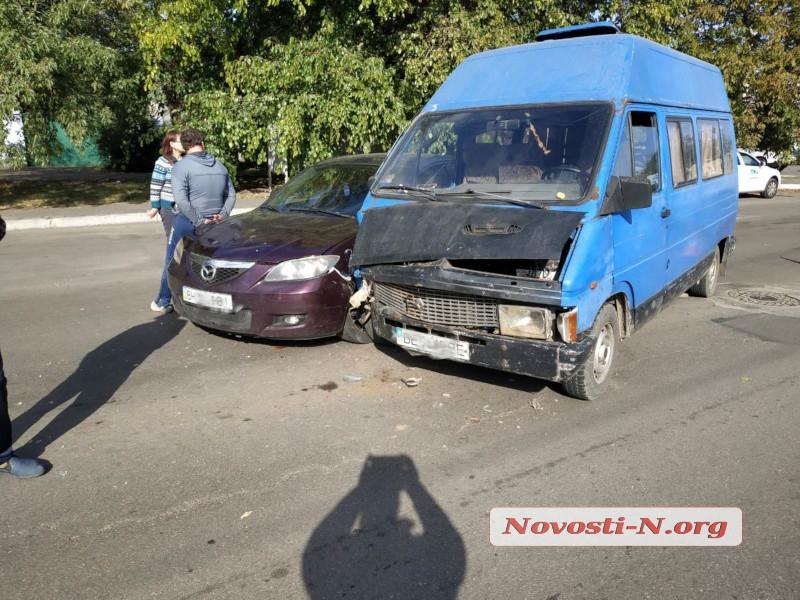 В Николаеве столкнулись Renault и Mazda — пострадала женщина