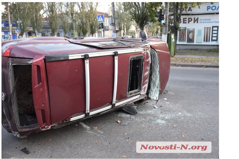 В центре Николаева «Жигули» перевернули китайский внедорожник