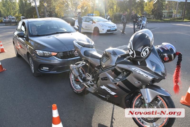 На кольце в Николаеве «Фиат» врезался в мотоцикл
