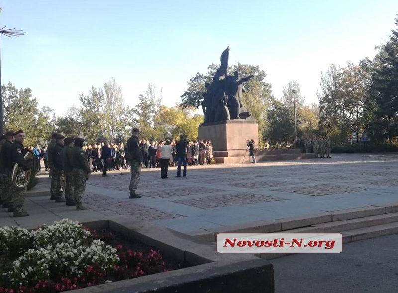 В центре Николаева со стрельбой провожали в армию призывников. ВИДЕО