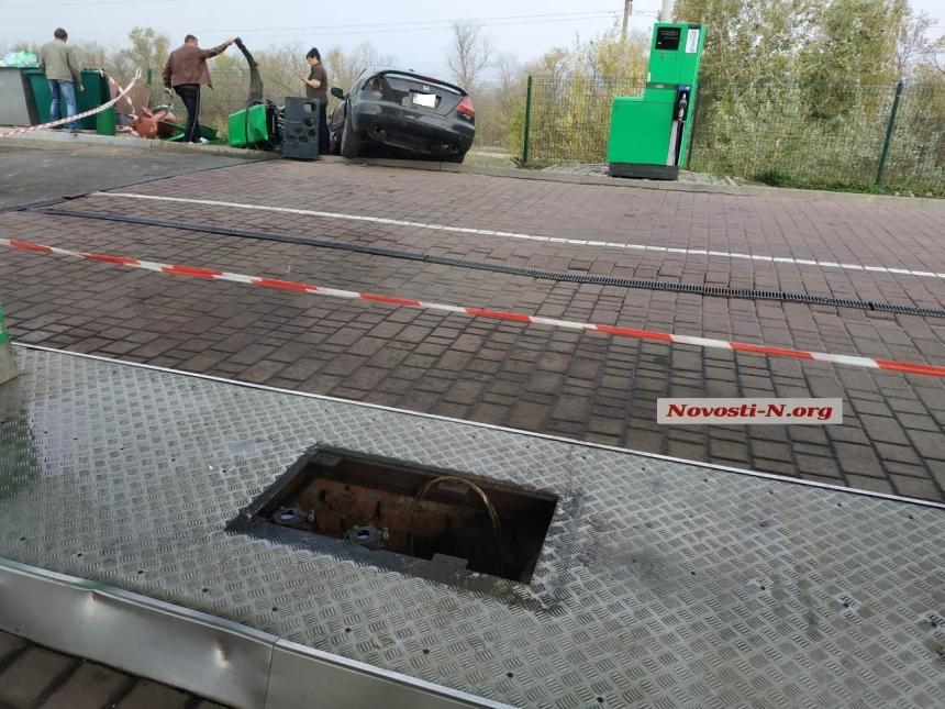 Под Николаевом пьяный водитель на «Хонде», удирая от полиции, снес колонку на автозаправке