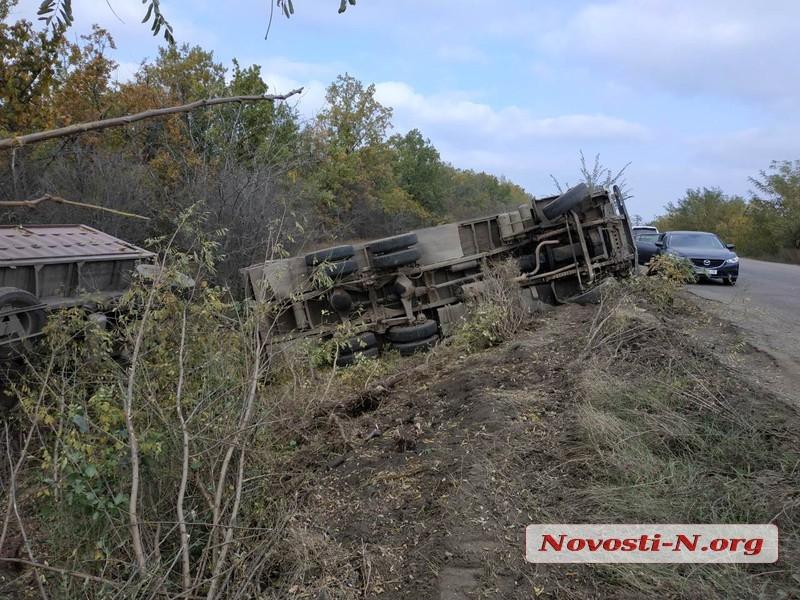 Под Николаевом из-за ям на дороге перевернулся зерновоз