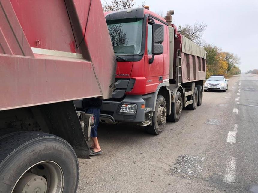 Под Николаевом колонна фур с перегрузом пыталась объехать пункт ГВК по проселочным дорогам