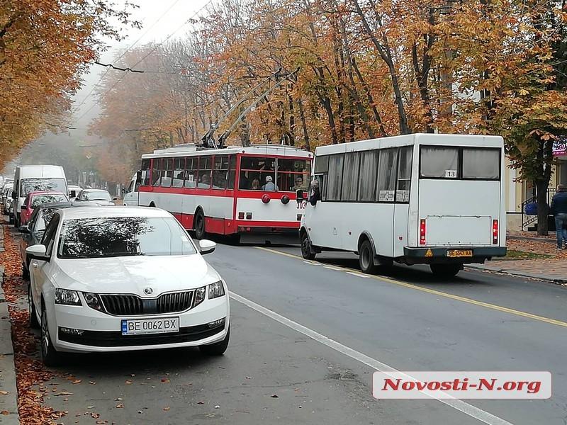 В центре Николаева столкнулись маршрутка и  Mazda