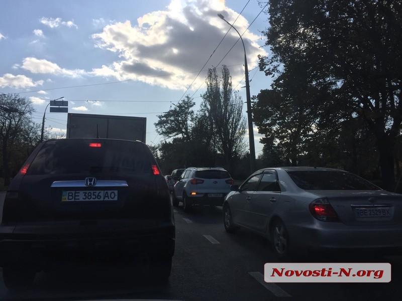 В Николаеве столкнулись «Киа» и маршрутка — движение по проспекту затруднено