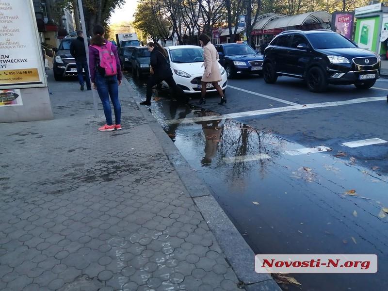 В центр Николаева потоп — улицы заливает чистой водой