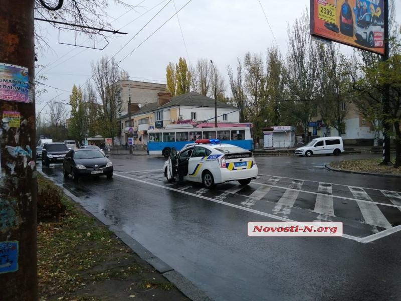 В Николаеве дама на «Фольксвагене» врезалась в светофор: огромная пробка