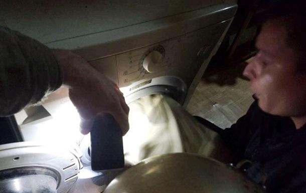 Ребенок застрял в стиральной машине: его доставали спасатели