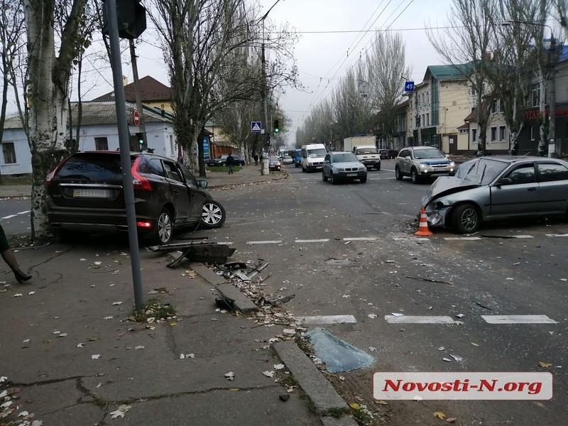 ДТП и машина в дереве: в Николаеве дама на Volvo поворачивала на «красный» и против движения