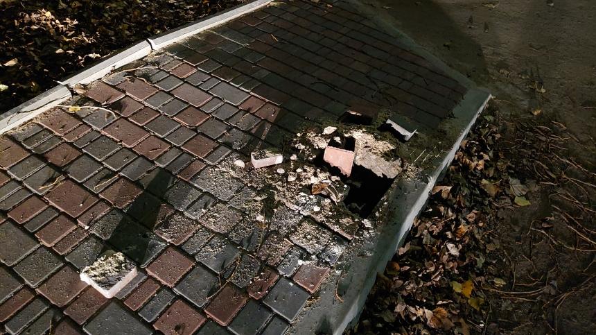 В Николаеве раскурочили новый тротуар и выломали металлический столбик
