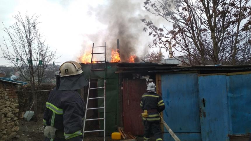 В Вознесенске пожарные потушили загоревшуюся хозпостройку — никто не пострадал