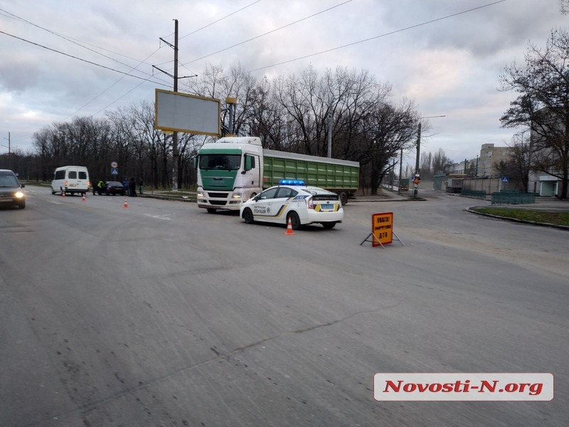 В Николаеве зерновоз въехал в маршрутку — пострадала пассажирка