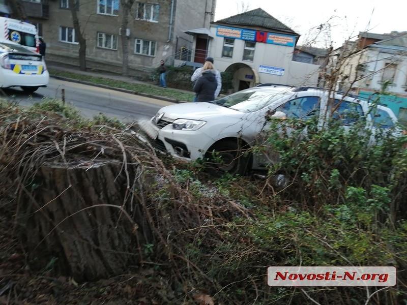 В центре Николаева из-за обледеневшего потока воды столкнулись четыре автомобиля
