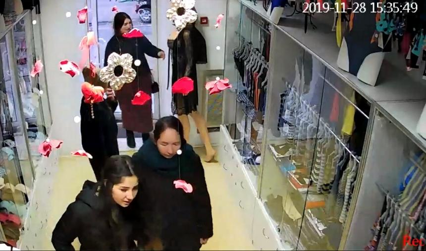 «Работают по схеме»: в Николаеве цыганки обворовывают магазины в центре города. ВИДЕО