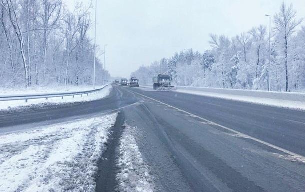 Украину занесло:спасатели достали из снежной ловушки 70 авто