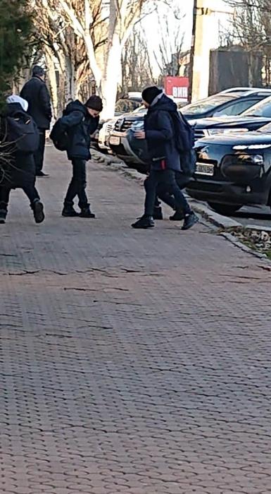 В центре Николаева дети развлекались тем, что бросали камни в проезжавшие автомобили