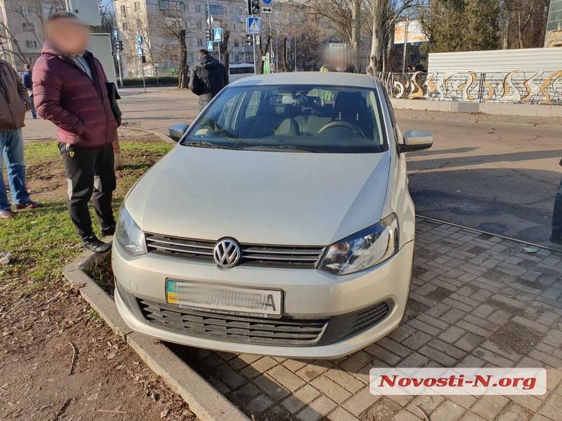В Николаеве перед пешеходным переходом столкнулись Volkswagen и Hyundai