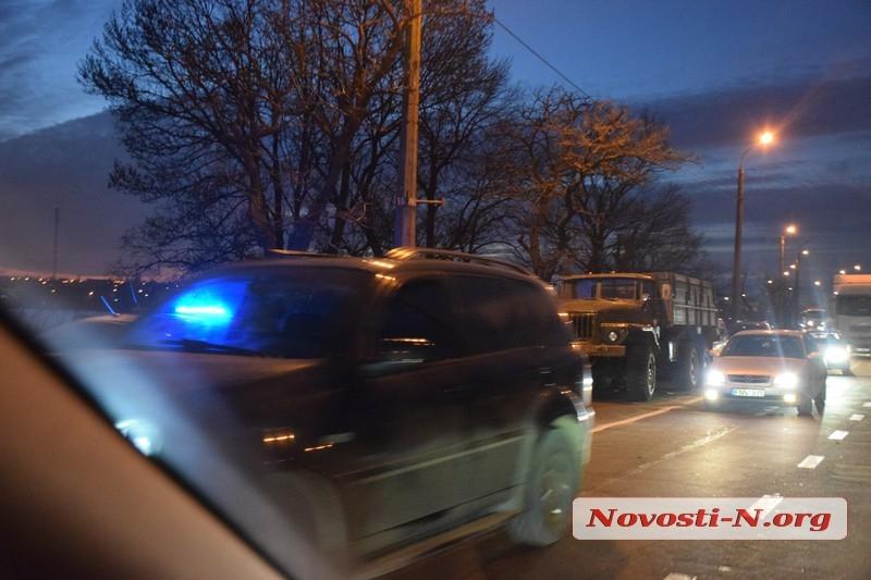 На Варваровском мосту кроссовер «Рено» врезался в армейский «Урал» — образовалась огромная пробка