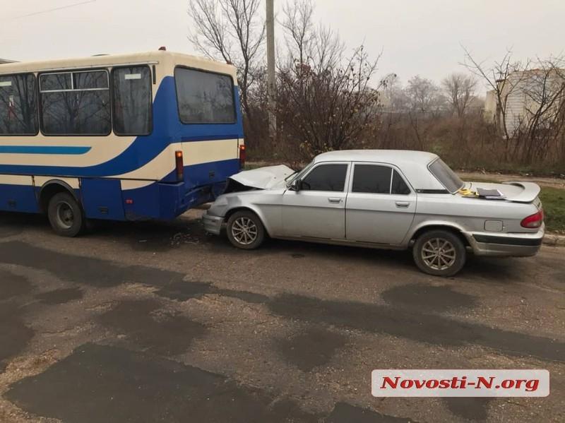 Под Николаевом рейсовый автобус столкнулся с «Волгой»: один пострадавший