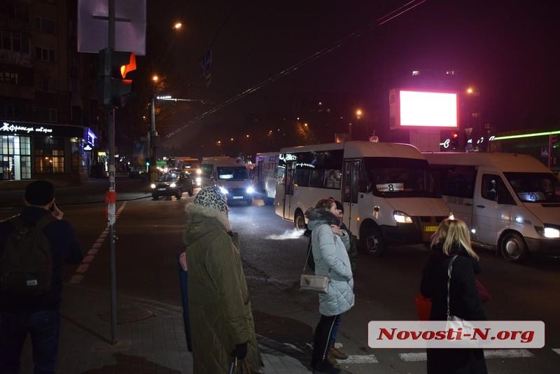 В центре Николаева притерлись две маршрутки — на проспекте огромная пробка