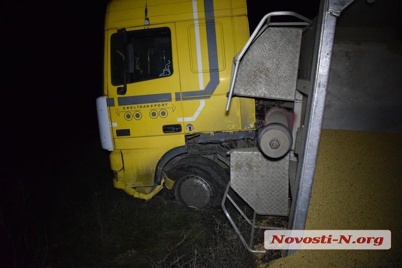 Под Николаевом перевернувшийся зерновоз полностью заблокировал объездную дорогу на Херсон