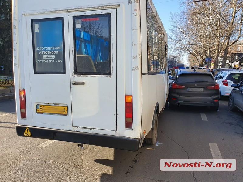 В центре Николаева столкнулись «БМВ» и маршрутка: на проспекте пробка