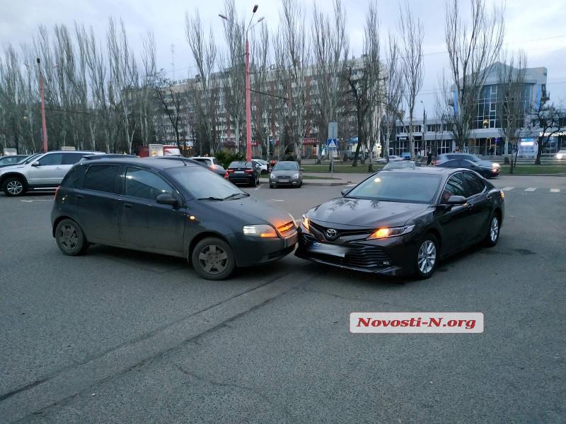 На парковке возле «Сити-центра» столкнулись «Тойота» и «Шевроле»