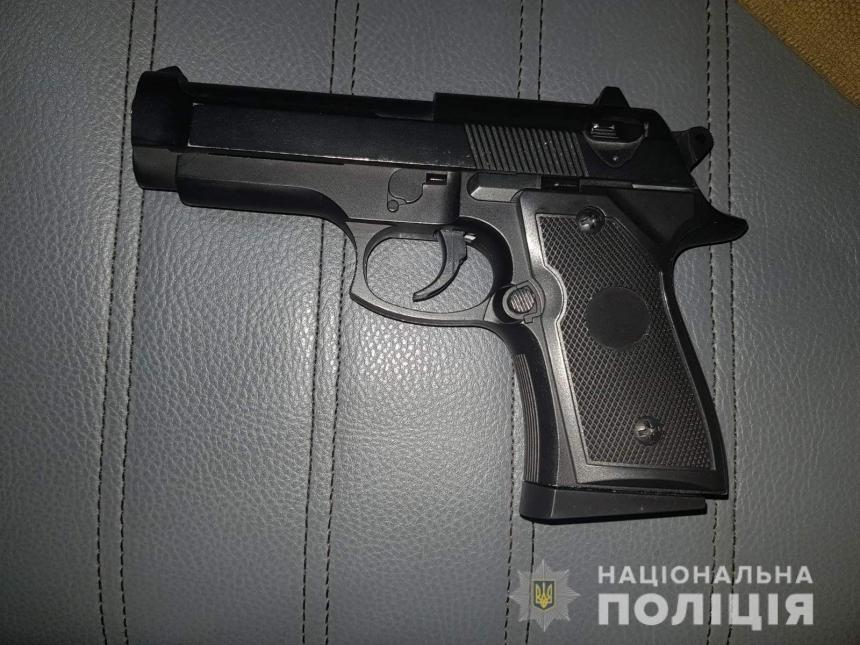 В Николаев задержали двоих подростков, гуляющих по улице с «оружием» в руках